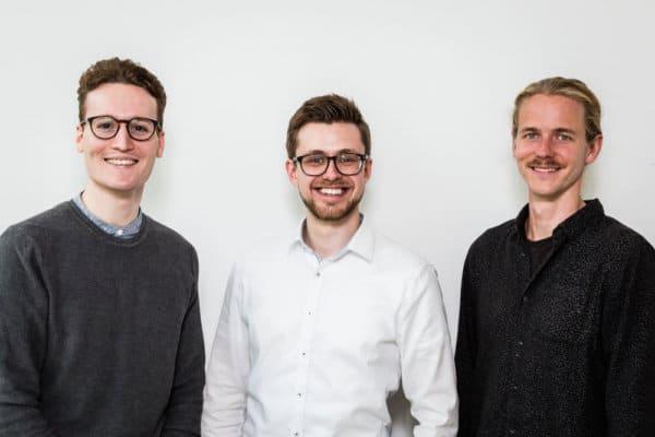 DESKCLOUD, eine Mitgliedschaft - alle Coworkingspaces, die Gründer Ricardo Klapperich, Jan Weber und Torsten Schmickler vor weißem Hintergrund. Foto: Simon Hecht